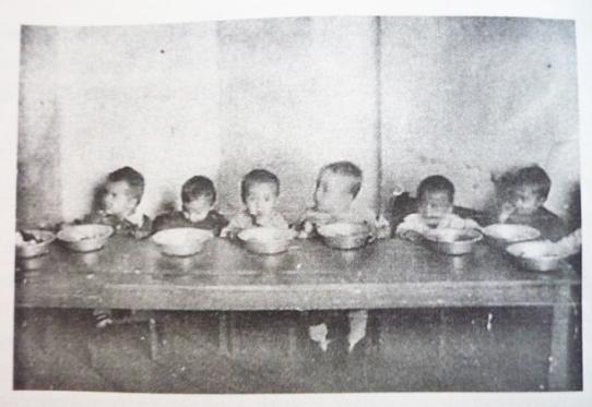 "HRVATI UPUTILI JEZIVE PRETNJE SCENARISTKINJI FILMA ""DARA IZ JASENOVCA"": Silovaćemo te, zaklati i odrati! - Page 5 Children-in-a-Gulag-camp-nursery-being-fed-%E2%80%93-image-from-Cathy-Frierson-and-Semyon-Vilensky-Children-of-the-Gulag-Yale-University-Press-2010-1"
