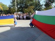 The Ukrainan and Bulgarian national flags displayed in Bolhrad, Ukraine (Photo: G.S. Rakovsky School)