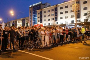 Protesters prepare to brace themselves against the riot police in Minsk. Photo: Olha Shukailo, tut.by