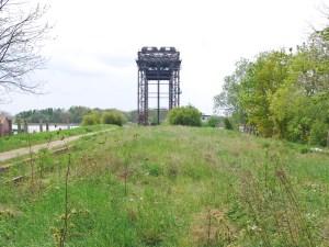 Zugewachsener Bahndamm an der Hubbrücke Karnin Usedom