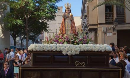 El colectivo de antiguos alumnos de Carmelitas organiza la procesión del Niño Jesús de Praga en Elche
