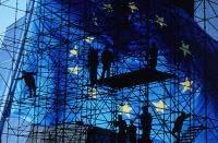 Εικόνα – Ευρωπαϊκή σημαία στο φόντο μεταλλικής σκαλωσιάς