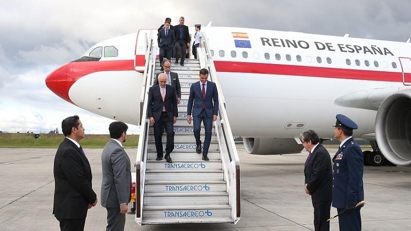 El presidente del Gobierno, Pedro Sanchez, a su llegada al aeropuerto internacional de Bogota (Colombia)