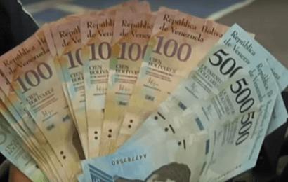 """Nicolás Maduro ha anunciado una nueva moneda, """"el bolívar soberano"""", que quitará cinco ceros a la moneda actual en un intento de abordar la grave crisis económica"""