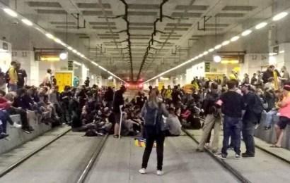 Los independentistas se movilizan en toda Cataluña después de la batalla campal del fin de semana en Barcelona