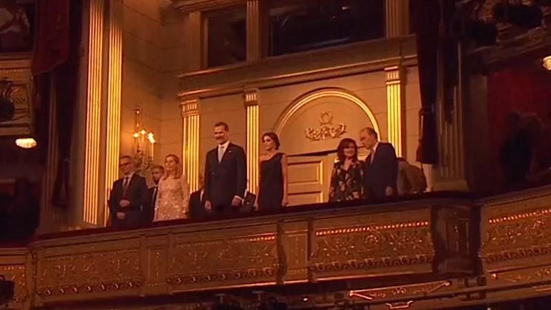 Los Reyes presidieron el estreno del Teatro Real con reivindicación independentista en el saludo final