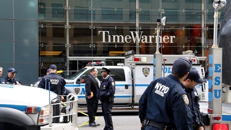 Policias de Nueva York en la zona acordonada frente edificio de Time Warner, luego del alerta por el paquete bomba recibido en las oficinas de la cadena CNN