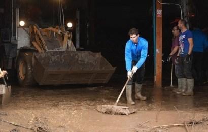 Nadal participa en las tareas de limpieza y ofrece su academia a los afectados por la riada