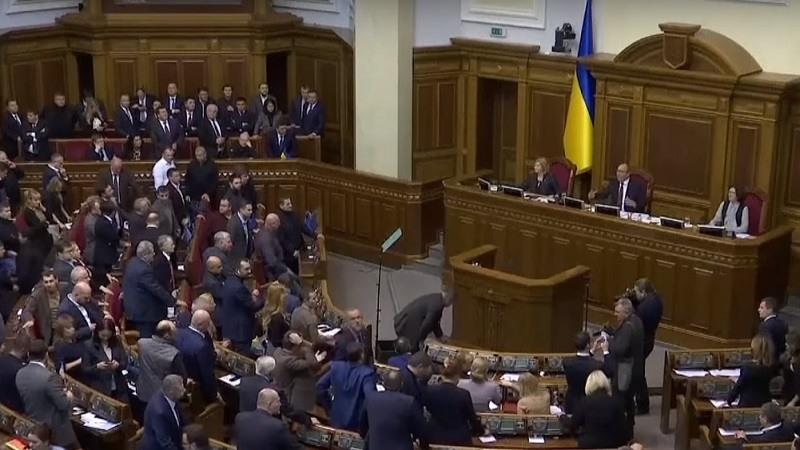 El parlamento de Ucrania aprueba la ley marcial tras el choque naval con Rusia