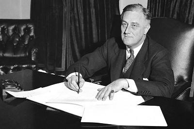 El presidente Franklin D. Roosevelt firma el Acta Cullen-Harrison, o Beer Bill, la primera relajacion de la Ley Volstead, el 22 de marzo de 1933.