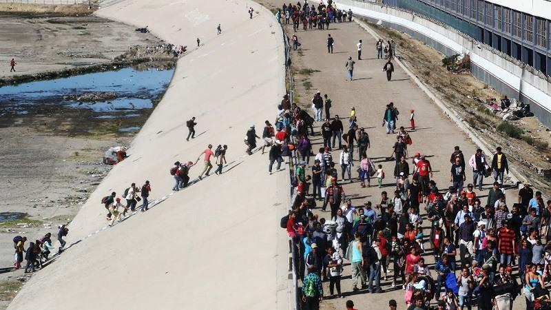 Frontera de Tijuana, cientos de migrantes de la caravana intentan cruzar a la fuerza a EEUU