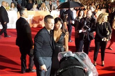 Matt Damon y Luciana Barroso en TIFF 2015 por Peter Kudlacz