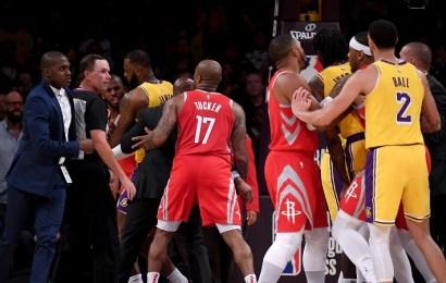 Derrota y tangana en el debut de LeBron James ante su nueva afición