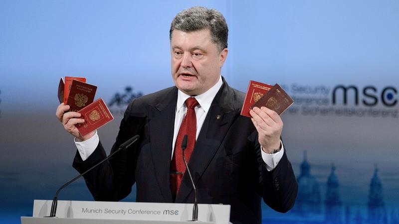 Petro Poroshenko mostrando pasaportes en 2015