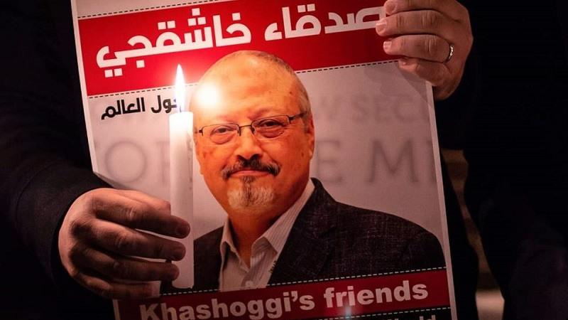 Un manifestante sostiene un poster de Jamal Khashoggi fuera del consulado de Arabia Saudita en Estambul
