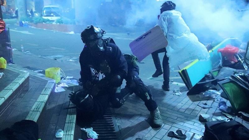 Hong Kong caos entre manifestantes y la policia en universidad