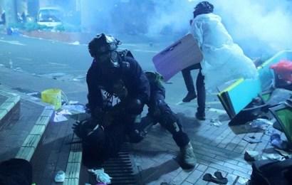 Manifestantes siguen cercados por la Policía en la Universidad Politécnica de Hong Kong