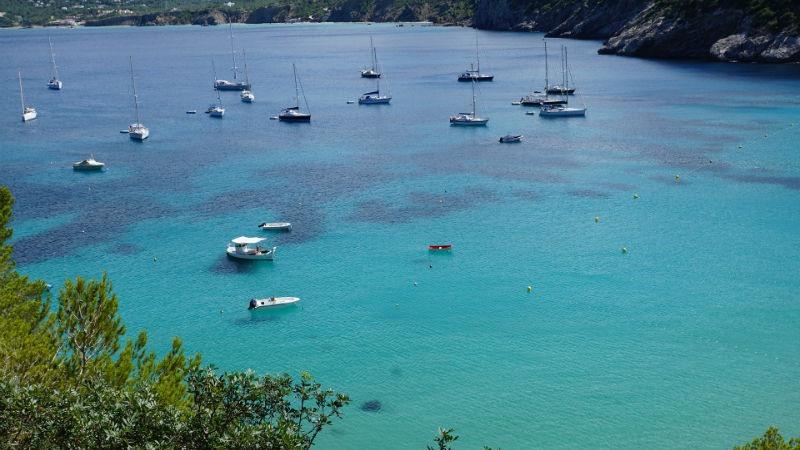 Cómo pasar unas vacaciones idílicas en barco sobre las aguas de Ibiza
