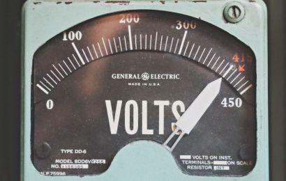 Cómo se protege el equipo eléctrico de las variaciones de voltaje