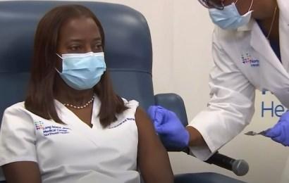 Estados Unidos comienza a distribuir la vacuna de Pfizer para iniciar la campaña contra la covid-19