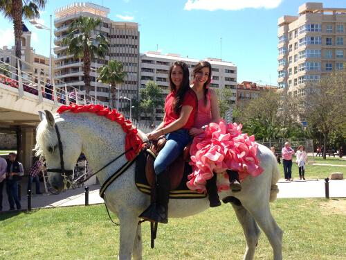 Feria Andaluzaで伝統衣装を着るセビリャーナス