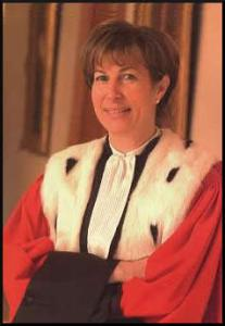Portrait de Béatrice Brenneur en costume de président de chambre à la cour d'appel