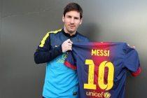 Lionel Messi muestra camiseta con 10