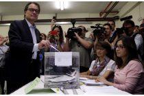 El presidente de la Generalitat y de CiU, Artur Mas, vota para las elecciones del 24M en el colegio Infant Jesús de Barcelona. (Efe)
