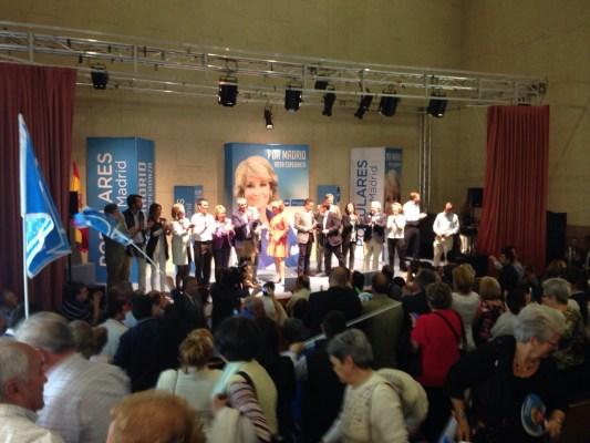 Esperanza Aguirre cierra el mitin con cientos de personas apoyándole.