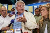 Felipe González le habla a la prensa junto a Lilian Tintori. / M. GUTIERREZ (EFE)