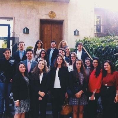 Los alumnos de Periodismo y Relaciones Internacionales en la puerta de la embajada americana