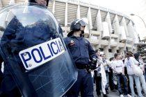 Agentes del cuerpo nacional custodian los exteriores del Santiago bernabeu /Javier Lizón