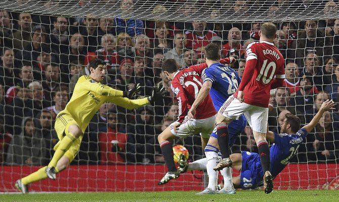 PP01 MANCHESTER (REINO UNIDO), 28/12/2015.- El centrocampista español del Manchester United, Ander Herrera (2i) trata de marcar ante el portero belga, Thibaut Courtois (i) del Chelsea durante el partido de la Premier League entre el Manchester United y el Chelsea disputado en Old Trafford, Manchester, Reino Unido hoy 28 de diciembre de 2015.EFE/Peter Powell ***PROHIBIDO SU USO EN VÍDEOS, LISTAS, EN VIVOS O EL USO DE LOS LOGOTIPOS DE LA LIGA O LOS EQUIPOS/PROHIBIDO SU USO EN CASA DE APUESTAS O APUESTAS DEPORTIVAS/USO DE 75 IMÁGENES COMO MÁXIMO EN WEBS**