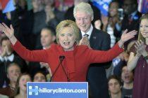 La candidata presidencial de partido Democráta Hillary Clinton (i) habla junto a su esposo, el expresidente de EE.UU Bill Clinton (c), y su hija Chelsea Clinton (d) durante la noche del caucus del partido Demócrata hoy, lunes 1 de febrero de 2016, en Olmsted Center de la universidad de Drake en Des Moine (EE.UU.). Los caucus de Iowa, que abren la etapa de elecciones primarias en EE.UU., comenzaron hoy en escuelas, gimnasios y centros comunitarios de todo el estado, con los aspirantes demócratas casi empatados en las encuestas y el republicano Donald Trump a un paso de lograr su primer gran triunfo. EFE/CRAIG LASSIG