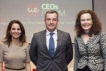 La decana de la Facultad de Ciencias Sociales y de la Comunicación, Almudena Rodríguez con el CEO y presidente de Toyota, Agustín Martín