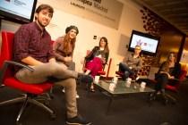 Los alumnos de la Facultad de Ciencias Sociales y Comunicación con la presentadora de Non Stop People