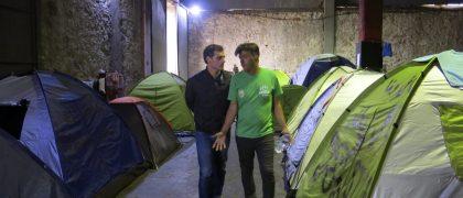 GRA393. EL PIREO (GRECIA), 11/05/2016.- El líder de Ciudadanos, Albert Rivera (i), durante la visita que ha realizado hoy con un campo de refugiados improvisado de El Pireo (Grecia) en compañía de responsables de ACNUR y de la ONG española Mensajeros de la Paz. EFE/Ana Mora
