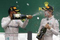 El británico Lewis Hamilton (i) y el alemán Nico Rosberg (d) celebrando en el pódium el primer y segundo lugar en el Gran Premio de Brasil de Formula Uno, en Sao Paulo. EFE/Sebastiao Moreira