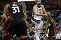 -FOTODELDIA- MEM01. MEMPHIS (EE.UU.), 25/01/2017.- El jugador Marc Gasol (d) de Memphis Grizzlies en acción ante Terrence Ross (i) de Toronto Raptors hoy, miércoles 25 de enero de 2017, durante un partido de baloncesto entre Toronto Raptors y Memphis Grizzlies en el FedExForum de Memphis, Tennessee, (EE.UU). El pívot español Marc Gasol brilló logrando la mejor puntuación en su carrera, con 42 tantos, incluyendo dos tiros libres cuando restaban 36 segundos para el final del tiempo reglamentario, y llevó a los Grizzlies de Memphis a un triunfo por 101-99 sobre los Raptors de Toronto. EFE/Mike Brown