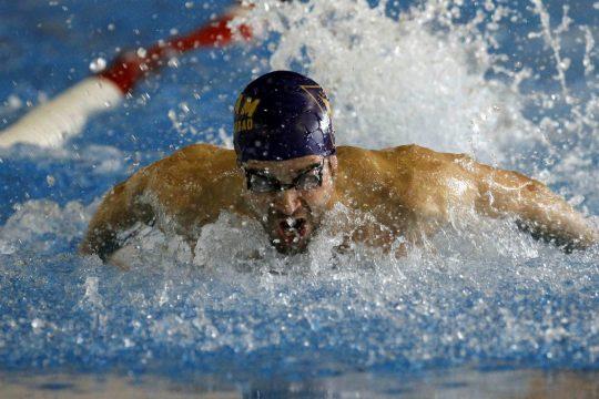 Un nadador del Ucam Murcia durante el Campeonato de España Universitario de natación. | Foto: EFE/Juan Francisco Moreno
