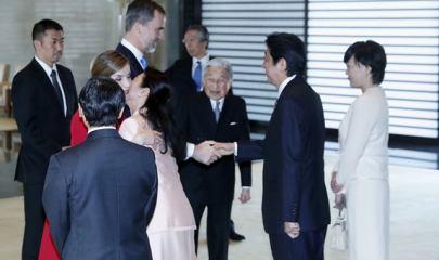 El Rey Felipe saluda al primer ministro Shinzo Abe (2d), en presencia de su esposa Akie Abe (d) y el emperador Akihito (3d), mientras la Reina Letizia saluda a la Princesa Masako, en presencia del Príncipe heredero Naruhito (i), durante la ceremonia de bienvenida ofrecida a los monarcas en el Palacio Imperial, incluida en la visita oficial que realizan al pais asiático. EFE / Javier Lizón.