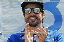 GRA282. LA MORGAL (ASTURIAS), 07/05/2017.- Fernando Alonso aplaude a los pilotos desde el polium esta manaña tras asistir este fin de semana a la prueba del Campeonato de España de karting que se disputa en su circuito de La Morgal, en Asturias, donde hace pocos días falleció en un trágico accidente el piloto Gonzalo Basurto, de 11 años. Alonso, el bicampeón de Fórmula 1, esta en su tierra para disfrutar esta fin de semana de las evoluciones de los pilotos que participan en el Campeonato de España de karting que se celebra en el circuito de La Morgal que lleva su nombre. EFE/Alberto Morante