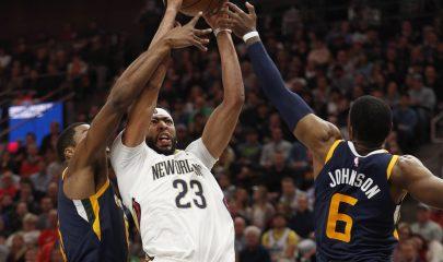 GFX28 - SALT LAKE CITY - (EE.UU.), 3/1/2018.- El jugador Anthony Davis (c) de Pelicans disputa el balón con Joe Johnson (d) y Derrick Favors (i) de Jazz hoy, 4 de enero de 2017, en el juego de la NBA entre los Utah Jazz y los New Orleans Pelicans en el Energy Solutions Arena en Salt Lake City, Utah (EE.UU.). EFE/ GEORGE FREY