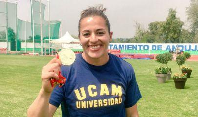Úrsula Ruiz, luce su medalla de oro en peso.   TW: @SULYCARUIZ