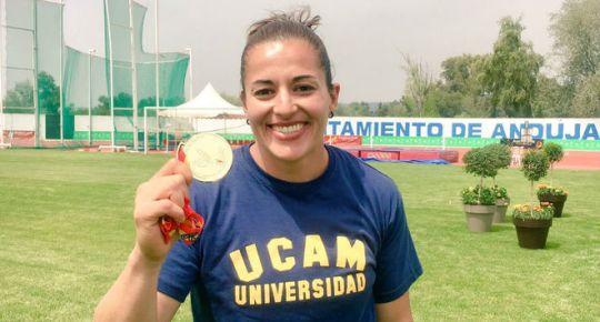 Úrsula Ruiz, luce su medalla de oro en peso. | TW: @SULYCARUIZ