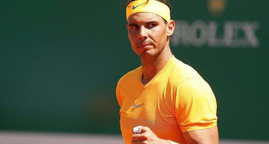 El tenista español Rafa Nadal celebra su victoria ante el austriaco Dominic Thiem tras el partido de cuartos de final del Masters 1.000 de Montecarlo en Roquebrune Cap Martin en Francia hoy, 20 de abril de 2018. El español Rafael Nadal, número uno mundial, apenas se despeinó ante el austríaco Dominic Thiem, quinto favorito, al que arrolló con un contundente 6-0 y 6-2, accediendo a las semifinales del Masters 1.000 de Montecarlo, donde se medirá al búlgaro Grigor Dimitrov. EFE/ Sebastien Nogier