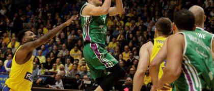 Nedovic ejecuta un tiro a canasta ante la defensa del Maccabi, esta temporada / EFE