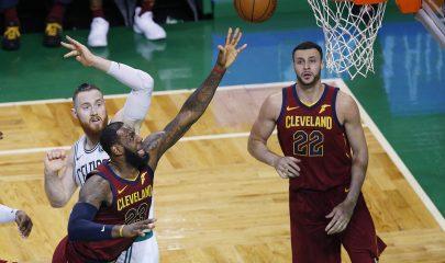MCX01. BOSTON (MA, EE.UU.), 15/05/2018. LeBron James (c) de Cleveland Cavaliers encesta durante un partido de las finales de la Conferencia Este de la NBA hoy, martes 15 de mayo de 2018, en el TD Garden de Boston, Massachusetts (EE.UU.). EFE/CJ Gunther/PROHIBIDO SU USO POR SHUTTERSTOCK