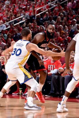 James Harden defendido por Stephen Curry. Fuente: Bill Baptist/NBAE via Getty Images)