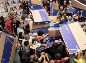 Clientes peleándose por televisiones en San Pablo, Brasil. Fotografía sacada de TN.com.ar